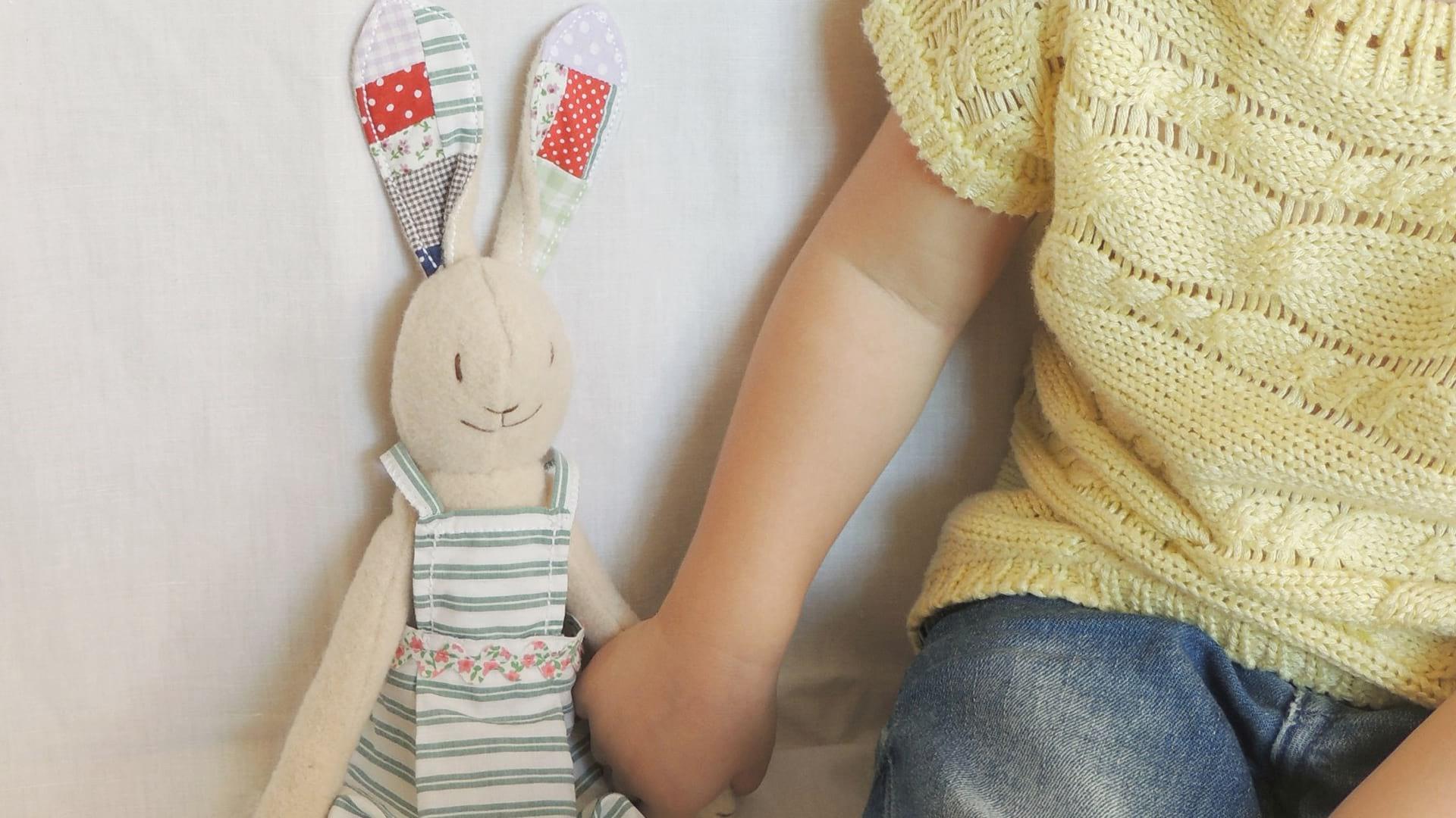 Menina de mão dada com boneca